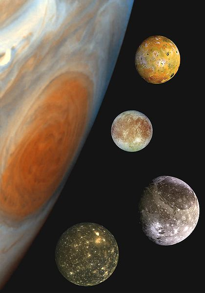 Jupiter und seine vier großen Monde. All diese Welten sind euer. Nutzt sie gemeinsam. Nutzt sie in Frieden. (Jch dachte, ich schaff den Witz gleich am Anfang aus dem Weg, dann muss ihn später keiner mehr machen). Bild: NASA, public domain)