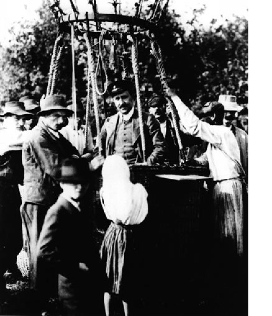 Victor Hess steigt 1912 mit einem Ballon auf und entdeckt die kosmische Strahlung (Bild: APS, gemeinfrei)