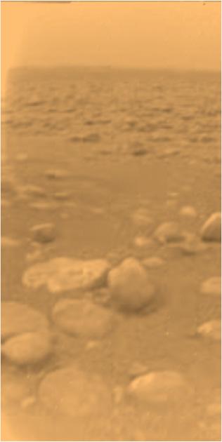 Gefrorene Methan-Eisbrocken auf dem Titan. In der Mitte des Bildes sind sie circa 15 Zentimeter groß und ungefähr 85 Zentimeter von der Sonde entfernt.(Bild: NASA/ESA)
