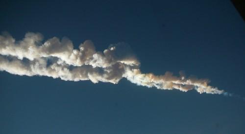 Rauschspur des Meteor am Himmel über Russland (Bild: Nikita Plekhanov, CC-BY-SA 3.0