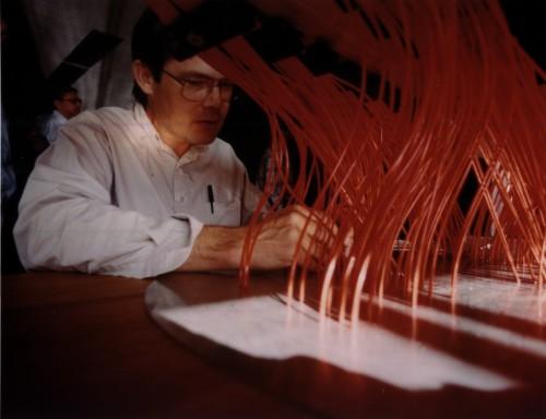 Eine Platte des SDSS wird mit Glasfaserkabeln ausgestattet (Bild: Thomas Nash, Universität Chicago)