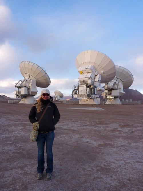 Jacqueline Hodge vom Max-Planck-Institut für Astronomie vor ein paar der ALMA-Antennen (Bild: J. Hodge, MPIA)