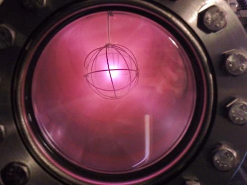 Deuterium leuchtet rosa, wenn man es ionisiert. Und erzählt uns was über dunkle Materie (Bild: Benji9072, CC-BY-SA 3.0)