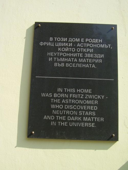 Gedenktafel für Fritz Zwicky an seinem Geburtshaus in Warna, Bulgarien (Bild: PetaRZ, CC-BY-SA 3.0