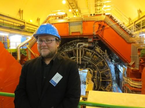 Ich stehe vor dem ALICE-Detektor des CERN