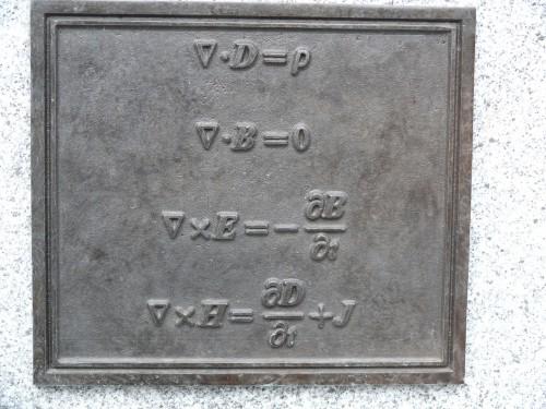 Maxwells Gleichungen an seiner Statue in Edinburgh (Bild: Ad Meskens, CC-BY-SA 3.0)
