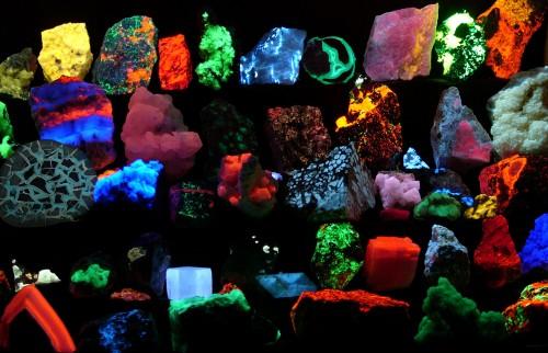 All diese Steine leuchten im Licht der fiesen chemischen Strahlung! (Bild: Hannes Grobe CC-BY-SA 2.5)
