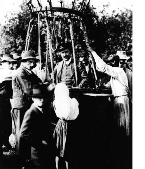 Victor Hess und sein Ballon (Bild: APS, Public Domain)