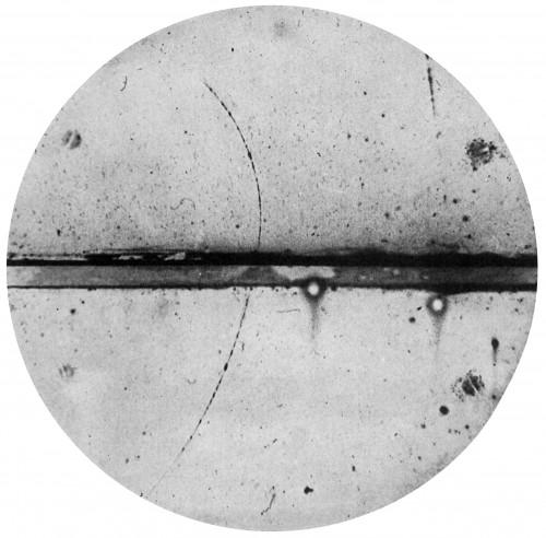Originalbild der Entdeckung des ersten Antimaterieteilchens im Jahr 1932. Die gebogene schwarze Linie ist die Spur, die ein Positron im Messgerät hinterlassen hat. Ihre Krümmung zeigt die elektrische Ladung an. (Bild: Public Domain)