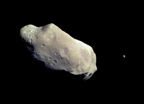Ida und sein kleiner Mond Dactyl (rechts) (Bild: NASA/JPL)