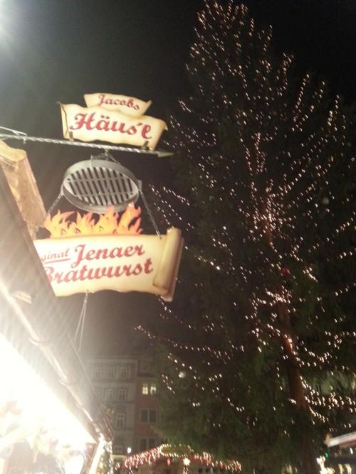 Ein Weihnachtsmarkt braucht Dunkelheit und bunte Lampen (und Bratwurst aus Jena!)