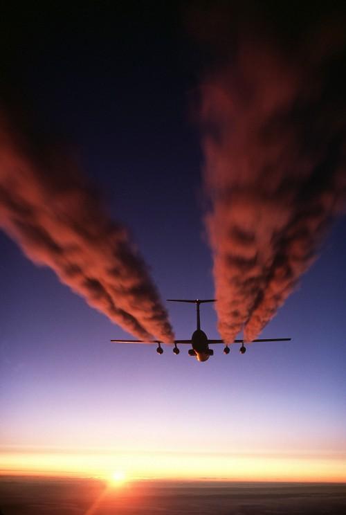 Kondensstreifen machen das Wasser in der Luft sichtbar (Bild: Public Domain)
