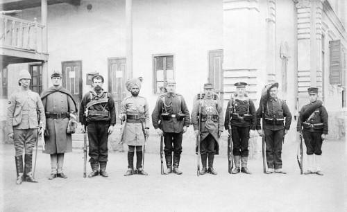 Soldaten der vereinigten acht Staaten von 1900, der Größe nach sortiert: Großbritannien, USA, Australien, Indien, Deutschland, Frankreich, Österreich-Ungarn, Russland, Italien, Japan.