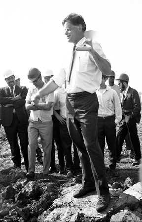 Robert Wilson bei der Grundsteinlegung des Fermilab (Bild: Public Domain)