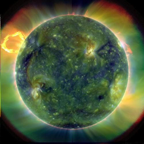 So sieht die Sonne im Ultraviolett-Licht aus. Bzw. so sieht sie NICHT aus, denn wir können UV-Licht ja nicht sehen. So sieht sie aus, wenn man die gemessene Intensität des von der Sonne abgestrahlten UV-Lichts in für uns sichtbaren Farben darstellt (Bild: NASA / Goddard / SDO AIA Team)