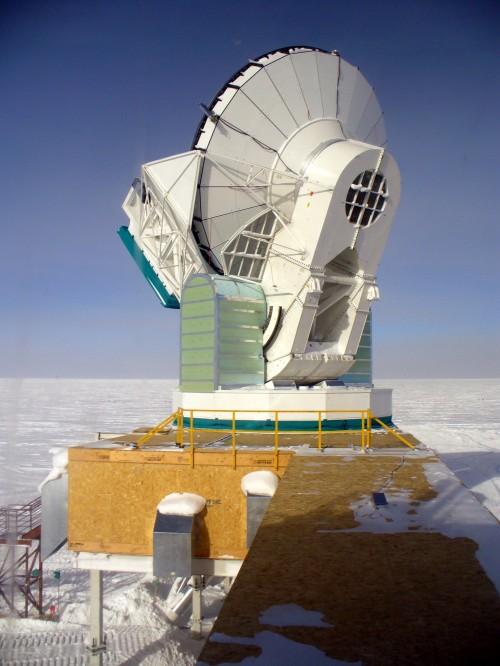 Das Südpolteleskop in der Antarktis (Bild: Amble, CC-BY-SA 3.0)