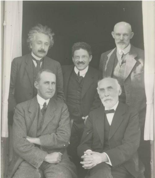 Albert Einstein (oben links) und Willem de Sitter (oben rechts) am 26. September 1923 in Leiden. Dazwischen Paul Ehrenfest. Unten sitzen Arthur Eddington und Hendrik Lorentz. Bild: Regionaal Archief Leiden, CC-BY-SA 3.0