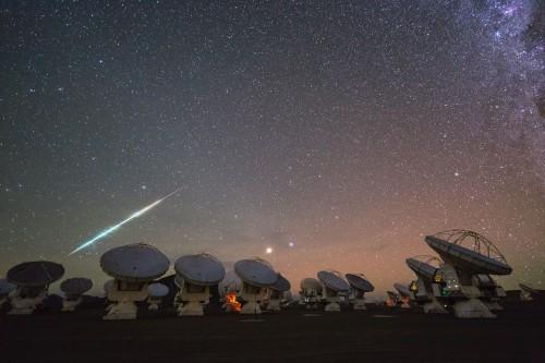 Wir sehen in der Nacht zwar viele Sterne. Aber dunkel ist es trotzdem! Bild: ESO/C. Malin