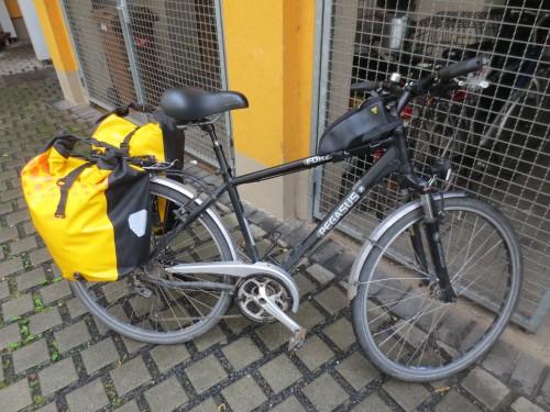 Das Fahrrad ist gepackt und es hat zu regnen begonnen. Kann also losgehen...