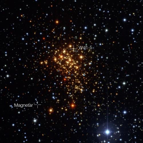 Der Sternhaufen Westerlund 1. Die Position des Magnetars und seines ehemaligen Begleiters sind markiert (Bild: ESO)
