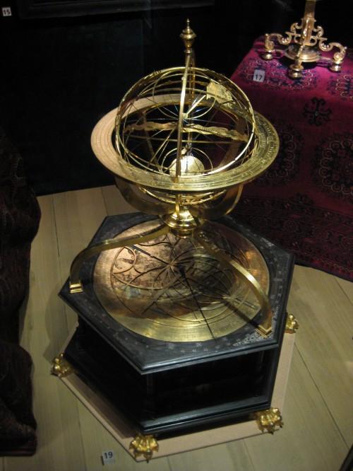 Armillarsphäre mit astronomischer Uhr aus dem Jahr 1585 (Bild: Public Domain)