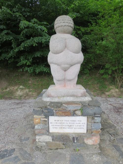 Nachbildung der Venus an der Fundstelle in Willendorf