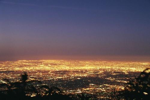 Los Angeles bei Nacht. Sehr hell. Aber deswegen nicht unbedingt auch sehr sicher... (Bild: Geographer, CC-BY 1.0)