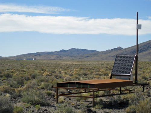Sieht aus wie ein solarbetriebener Liegestuhl in der Wüste. Ist aber ein solarbetriebener Teilchendetektor in der Wüste (Bild: John Matthews, University of Utah)
