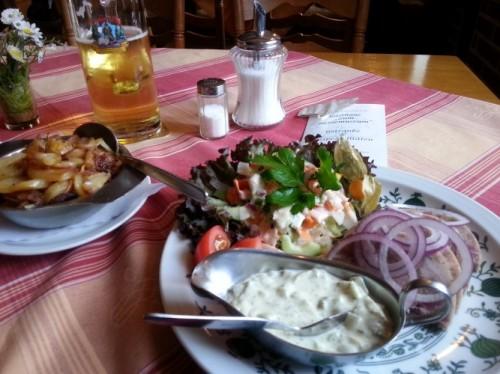 Heidschnucken-Sülze mit Bratkartoffeln und Heidjer-Pils