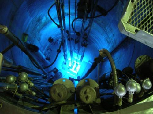 Das blaue Tscherenkow-Licht in einem Kernreaktor zeigt überlichtschnelle Teilchen an  (Bild: Pieckd, CC-BY-SA 3.0)