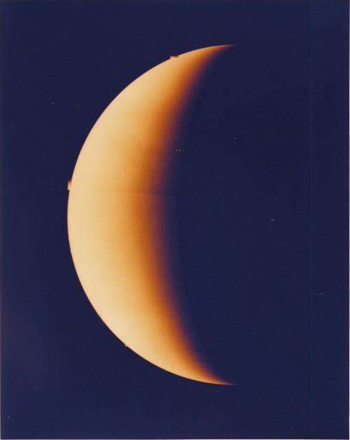 Die Nachtseite der Venus, gesehen von der Raumsonde Pioneer 11 - allerdings ohne seltsames Licht (Bild: NASA, Public Domain)