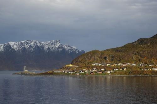Am ersten Tag war das Wetter eher trübe und herbstlich kühl, in Øksfjord gab es dann den ersten kurzen Sonnenschein.