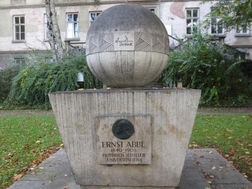 Ernst-Abbe-Denkmal am Fürstengraben mit der Formel für das Abbe-Limit