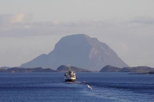 Schiffsbegegnung mit der MS Lofoten am Polarkreis.