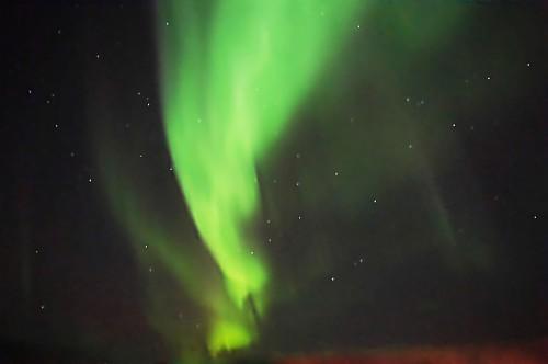 Ein leuchtendes Seidentuch flattert im Wind.