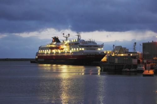 Die Polarlys im Hafen von Svolvær.