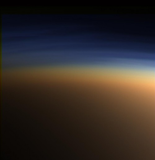 Orange und blau: Die Atmosphäre des Saturnmonds Titan (Bild: NASA/JPL/Space Science Institute)