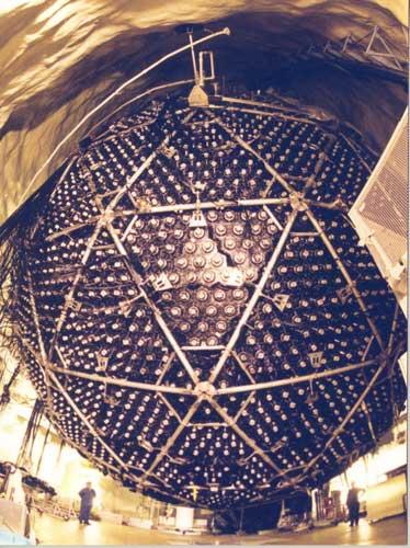 Sieht aus wie aus einem Science-Fiction-Film. Ist aber ein Neutrino-Detektor (Bild: A. B. McDonald (Queen's University) et al., The Sudbury Neutrino Observatory Institute Public Domain)