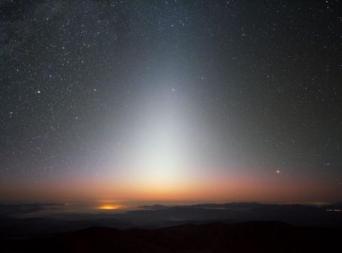 Der Himmel ist cool - aber auch weit weg... (Bild: ESO/Y. Beletsky)