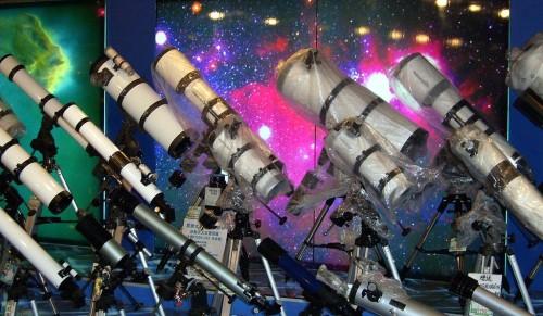 Mein erstes Teleskop – die Auswahl ist groß… (Bild: Shizhao, CC-BY-SA 2.5)