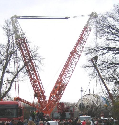 Der riesige Vakuumtank von KATRIN wird verladen (Bild: dkw, CC_BY-SA 2.0 DE)