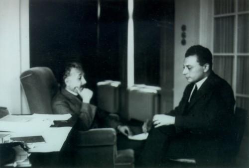Albert Einstein (der die Lichtgeschwindigkeit als universales Geschwindigkeitslimit einführte) und Wolfgang Pauli (der die Existenz des Neutrinos vorhersagte). Bild: (c) CERN