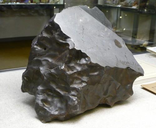 Der Meteorit von Troysa (Bild: Heinrich Stürzl, CC-BY-SA 3.0)