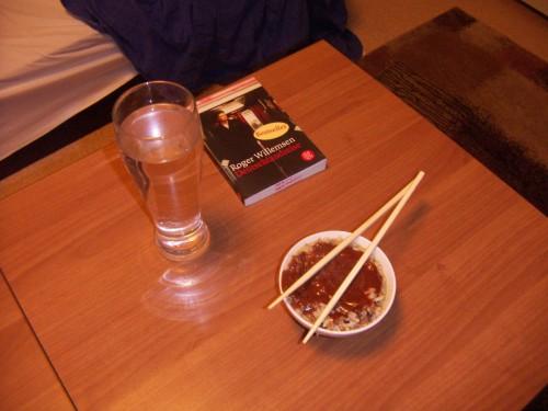 Mein erstes Abendessen in Jena. Noch sehr bescheiden, aber dafür mit passender Lektüre.