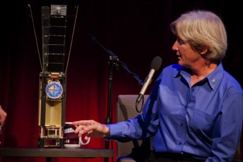 Ingenieurin Barbara Plante und der Mini-Satellit (Bild: Loren Roberts / The Planetary Society, CC-BY-NC 3.0)