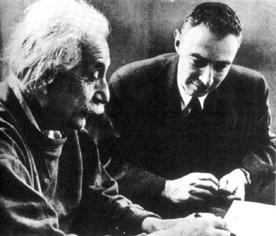 Albert Einstein und Robert Oppenheimer, ca. 1950 (Bild: gemeinfrei)