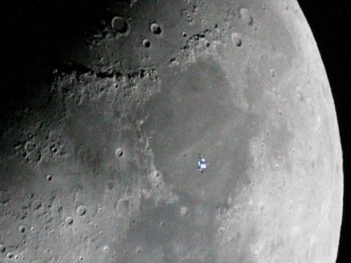 Krater auf dem Mond (und im Vordergrund die ISS) (Bild: NASA, CC-BY-NC-ND 2.0)