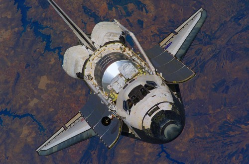 Das Shuttle umkreist die Erde - und wo bleibt die Gravitation? (Bild: NASA)