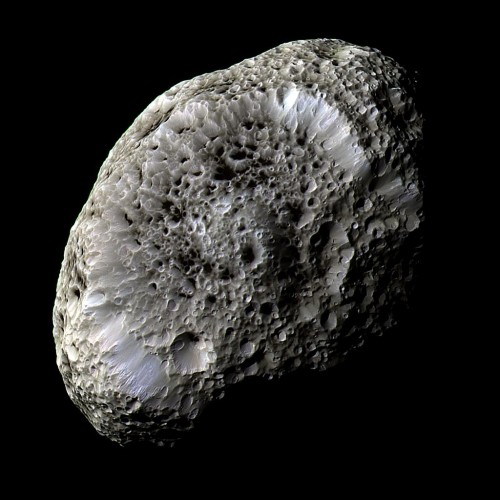 Hyperion schaut nicht nur seltsam aus, sondern bewegt sich auch seltsam (Bild: NASA/JPL/Space Science Institute)
