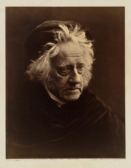 Von Alexander Stewart Herschel gibt es leider kein frei verfügbares Bild; darum zeige ich euch halt eine Fotografie von seinem Vater John aus dem Jahr 1867 (Bild: Julia Margaret Cameron, Public Domain)